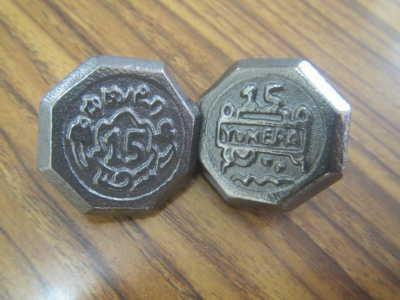(写真)出来上がった15周年記念ベーゴマ2種類。夢パークで販売中!