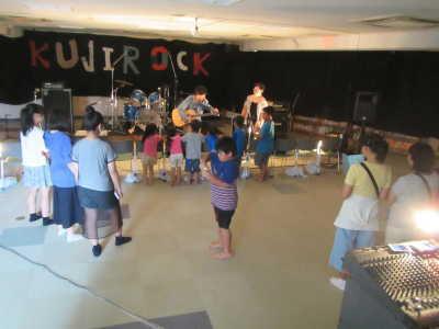 (写真)小さい子どもが最前列で演奏を聴いている様子
