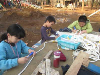 (写真)ロープにしるしをつける子どもたち