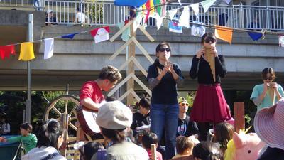 横丁当日ステージでの楽器演奏