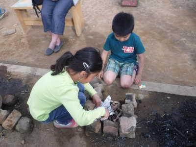 写真。火おこしをしている子どもの様子。