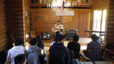演奏してる様子ギターを弾く女性