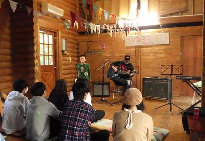演奏してる様子ギター弾いてる男性と歌ってる男の子