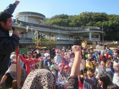 (写真)決起集会の様子。みんなでこぶしを突き上げて、「エイエイオー!」