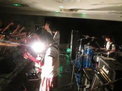 写真。ステージで演奏する子どもたち。