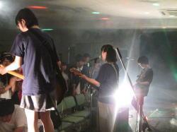 写真。ステージで演奏する子どもたち