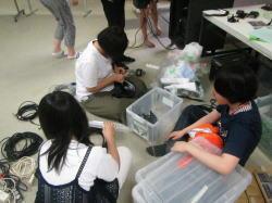写真。機材を片付ける子どもたち。