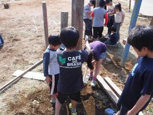 写真。お店を建てる子ども。