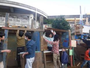 写真。解体をする子ども。