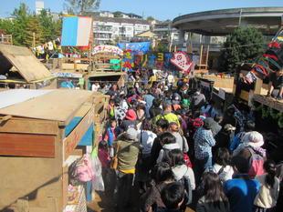 写真。たくさんの人が押し寄せている横丁。