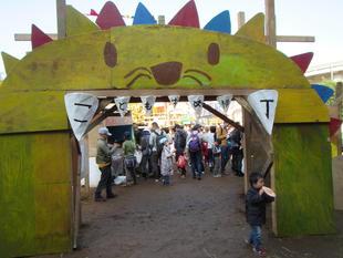 写真。横丁入口のライオン門。