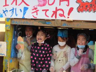 写真。お店から声をあげている子ども。