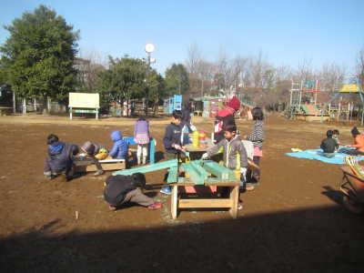 (写真)木材を切ったり、みんなで協力して作業しています。