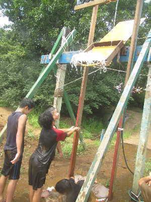 (写真)ししおどしのように上から水が落ちてくる!