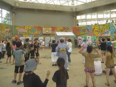 (写真)みんなで輪になって盆踊り