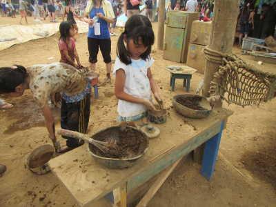 泥でおままごとをする子ども