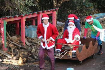写真。サンタさんがソリに乗って登場!