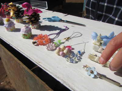 (写真)子どもがつくった商品。かわいい手作りのアクセサリー。