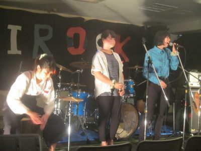 (写真)ステージで演奏する子どもたち