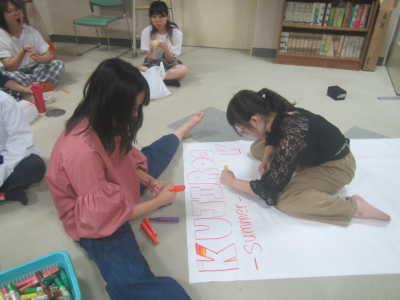 (写真)準備を進める高校生たち