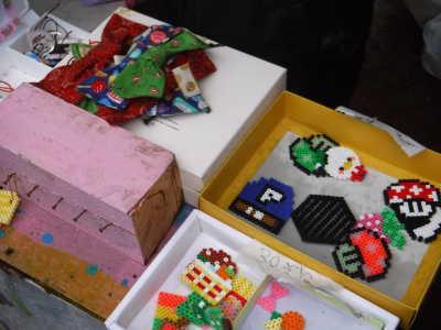 (写真)アイロンビーズでつくったキーホルダーやリボンなどの商品が並ぶ。
