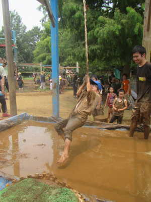 (写真)下に落ちないように、ロープで向こうに飛び移れ!