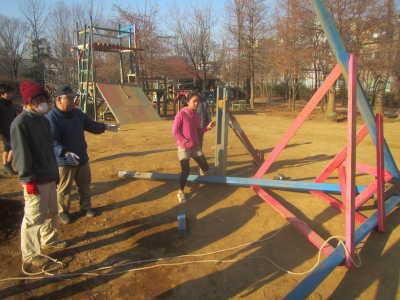 (写真)子どもも一緒に解体作業を進める様子