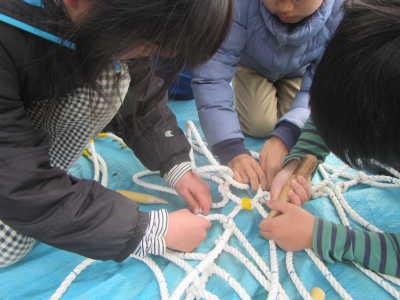 (写真)ロープを編む子どもたち