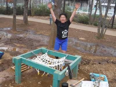 (写真)トランポリンの完成をばんざいして喜ぶ子ども