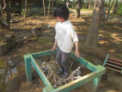 (写真)トランポリンで遊ぶ子ども