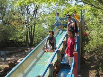 写真。ウォータースライダーを滑る子どもの様子。