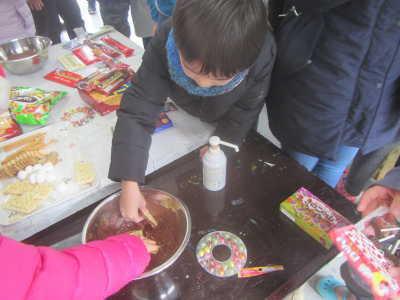 (写真)溶けたチョコレートをつまみ食いする男の子