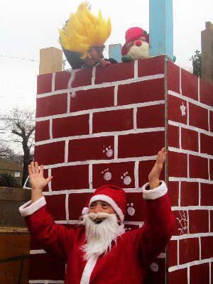 (写真)煙突の前にサンタさん、そして上から金髪の子!?