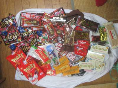(写真)みなさまから頂いたたくさんのお菓子の寄付