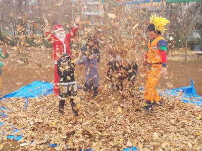 (写真)落ち葉が舞い上がる中にサンタさんと子どもと孫悟空!?