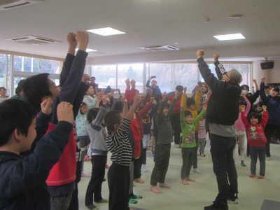 (写真)踊るアイバンと子ども達