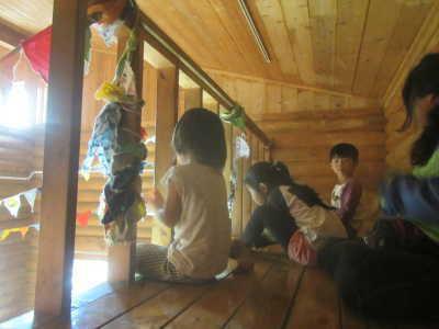 (写真)ロフトから演奏を楽しむ小さい子たち