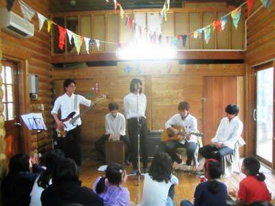 (写真)ライブのトリを務めたバンド「茶柱」